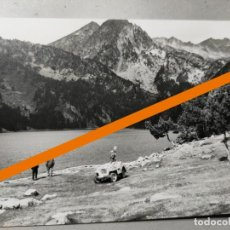 Photographie ancienne: ANTIGUA FOTOGRAFÍA. LLEIDA. LAGO DE SAN MAURICIO. AL FONDO COCHE JEEP. FOTO AÑOS 60.. Lote 288160388