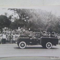 Photographie ancienne: GUARDIA CIVIL : FOTO DESFILE , LAND ROVERS CON GUARDIAS DE GALA. Lote 288179093