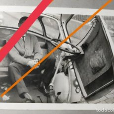 Photographie ancienne: ANTIGUA FOTOGRAFÍA. AUTOMÓVIL O COCHE BMW ISETTA O SIMILAR. FOTO AÑOS 60.. Lote 288210248