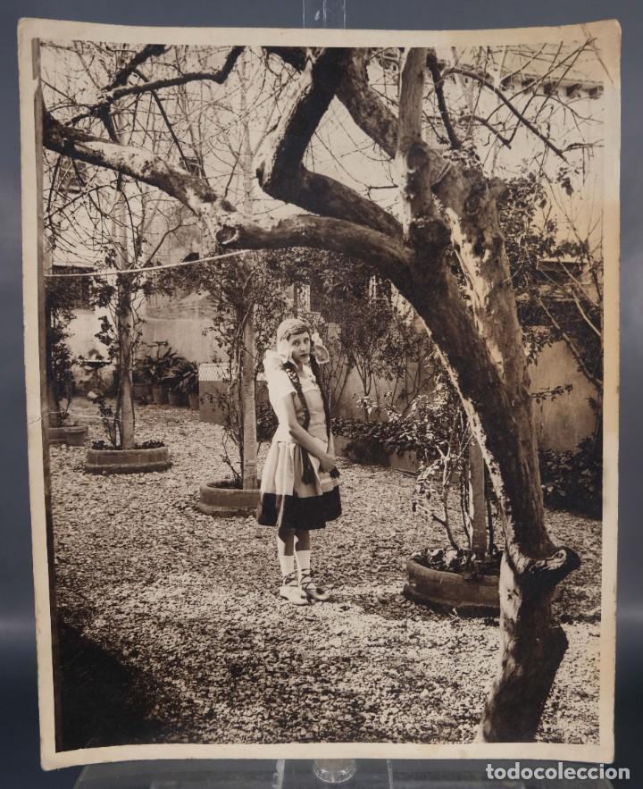 FOTOGRAFIA JOVEN EN JARDÍN AÑOS 30-40 (Fotografía Antigua - Fotomecánica)