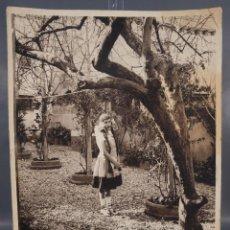 Fotografía antigua: FOTOGRAFIA JOVEN EN JARDÍN AÑOS 30-40. Lote 288213083
