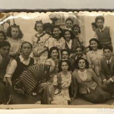 Fotografia antica: ELDA (ALICANTE) FOTOGRAFÍA DE CELEBRACIÓN BAILANDO AL SON DEL ACORDEÓN.. FOTO PENALVA (H.1945?). Lote 288222313