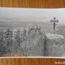 Fotografía antigua: ANTIGUA FOTOGRAFIA DE PARTE CASTILLO? SIN IDENTTIFICAR. MURALLA CON CRUZ DE SANTIAGO DE HIERRO.. Lote 288922713