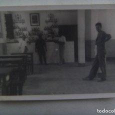 Fotografía antigua: FOTO DE LA CANTINA DEL CUARTEL, MILITAR CON MONO Y CUADRO DEL CAUDILLO. Lote 288924408