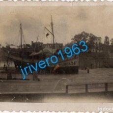 Fotografia antica: ANTIGUA FOTOGRAFIA, BARCO VARADO MARGEN GUADALQUIVIR, 88X60MM. Lote 289534423