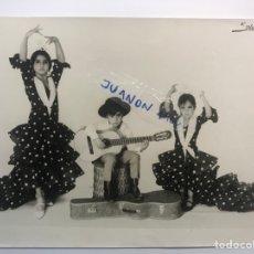 Fotografia antica: FOTOGRAFÍA, LOS FLORES.., LOLITA, ANTONIO Y ROSARIO FLORES… (H.1970?) MEDIDAS: 24 X 18 CM.,. Lote 289588133