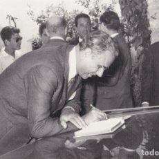 Fotografía antigua: GREGORIO LÓPEZ-BRAVO DE CASTRO, JUNTO CON EL ALCALDE DE TARRAGONA AGUSTÍ MARTI PLÀ (30-06-1966). Lote 289650753