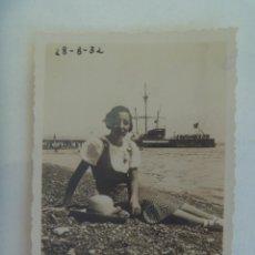 Fotografía antigua: FOTO DE MUJER EN LA PLAYA , DETRAS SE VE UN BARCO VELERO, 1932. Lote 289759298