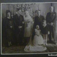Fotografía antigua: PRECIOSA FOTO DE ESTUDIO DE BODA DE PRINCIPIOS DE SIGLO, PEINETA Y MANTILLA, ETC .. 28 X 33 CM. Lote 289760268