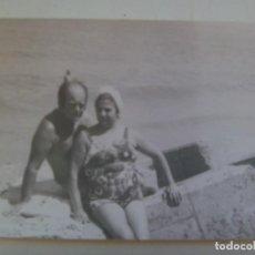 Fotografía antigua: FOTO DE PAREJA EN BAÑADOR EN LA PLAYA. Lote 289891713