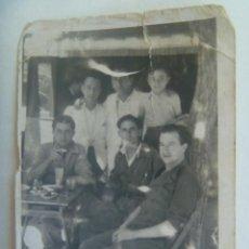 Fotografía antigua: MINUTERO DE FOTOGRAFO CALLEJERO DE HOMBRES Y CAMAREROS EN UN BAR. Lote 289902308