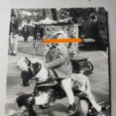 Fotografía antigua: ANTIGUA FOTOGRAFÍA. NIÑO CON EL CABALLO DE RUEDAS. JUGUETE.. FOTO AÑOS 60... Lote 289919813