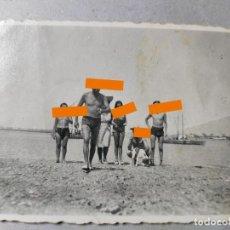Fotografía antigua: ANTIGUA FOTOGRAFÍA. CHICO. CHICOS EN LA PLAYA. FOTO AÑOS 50... Lote 289921433