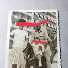 Fotografía antigua: ANTIGUA FOTOGRAFÍA. NIÑO CON EL CABALLITO. JUGUETE. FOTO AÑOS 60.. Lote 289922043