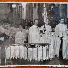 Fotografia antica: TOMA DE HÁBITO DE D. FRANCISCO DE BORBÓN. CAPÍTULO DE LA ORDEN DE N. S. DE LA MERCED, 1941.. Lote 293233518