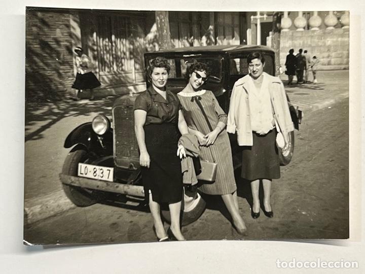 LOGROÑO. FOTOGRAFÍA ANTIGUA. LAS SEÑORITAS DE LOGROÑO Y EL VIEJO FORD (H.1950?) (Fotografía Antigua - Fotomecánica)
