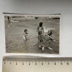 Fotografia antica: FOTO. NIÑOS BUCEANDO EN LA PLAYA. FOTÓGRAFO?.. Lote 293941278