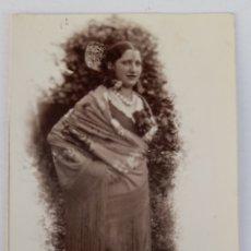 Fotografía antigua: BURGOS. FOTO DE SEÑORITA CON MANTÓN Y PEINETA RETRATADA POR FOTOGRAFIA ARGENTINA. AÑOS 20S. Lote 294559693