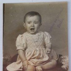 Fotografía antigua: BILBAO. FOTO DE NIÑA LLORANDO EN EL ESTUDIO DE ZALDUA. AÑOS 30S.. Lote 294561013