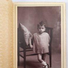 Fotografía antigua: BILBAO. FOTO DE NIÑA EN EL ESTUDIO DE LA VIUDA DE GARCÍA. HACIA 1930. Lote 294566088