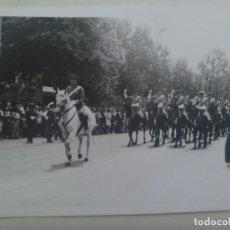 Fotografía antigua: FOTO DE DESFILE MILITAR : ESCUADRON DE CABALLERIA DE LA POLICIA ARMADA, A CABALLO. AÑOS 60. Lote 294571033