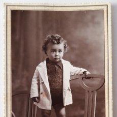 Fotografía antigua: SUANCES. FOTO DE NIÑO EN EL ESTUDIO DE REDÓN, TORRELAVEGA. 1932. Lote 294571208