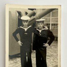 Fotografía antigua: MILITAR CARTAGENA. FOTOGRAFÍA ARTILLERÍA NAVAL, SOLDADOS JUNTO CAÑON.., (H.1960?). Lote 294573973