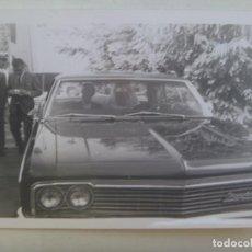 Fotografía antigua: FOTO DE BODA , NOVIOS EN EL COCHE NUPCIAL, UN CHEVROLET DE LA EPOCA. Lote 294579943