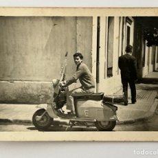Fotografía antigua: VESPA Y VALENCIA.. FOTOGRAFÍA DEL JOVEN MIGUEL.. RECORRIENDO LA CIUDAD.. (H.1960?). Lote 294607318