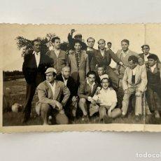 Fotografía antigua: MERIDA? FOTOGRAFÍA GRUPAL LUGAREÑOS.. AMIGOS PARA EL RECUERDO.. (H.1950?) MEDIDAS: 6,5 X 11 CM.,. Lote 294689163