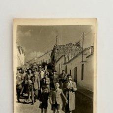Fotografía antigua: MERIDA, FOTOGRAFÍA GRUPO DE AMIGOS, PARA EL RECUERDO…, CALLEJEANDO LA CIUDAD (H.1950?). Lote 294806498