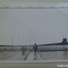 Fotografía antigua: FOTO DE NIÑOS Y ADULTOS EN LA PISCINA. Lote 294807753