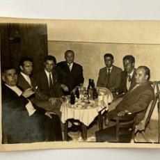 Fotografía antigua: MERIDA. FOTOGRAFÍA TERTULIA EN EL BAR.. (H.1950?) MEDIDAS: 6 X 8 CM., APROXIMADAMENTE... Lote 294808388