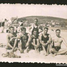 Fotografia antiga: 1788 - JÓVENES HOMBRE EN BAÑADOR SENTADOS EN LA PLAYA - FOTO 9X6CM 1940'. Lote 295302293