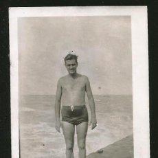 Fotografia antiga: 1791 - HOMBRE EN BAÑADOR EN LA PLAYA - FOTO 9X7CM 1940'. Lote 295303388
