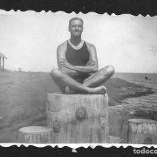 Fotografia antiga: 1793 - HOMBRE EN BAÑADOR SENTADO EN POSICIÓN DE YOGA - FOTO 8X6CM 1940'. Lote 295304478