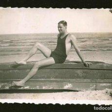 Fotografia antiga: 1794 - HOMBRE EN BAÑADOR SENTADO EN SOBRE EL BOTE - FOTO 8X6CM 1940'. Lote 295304688