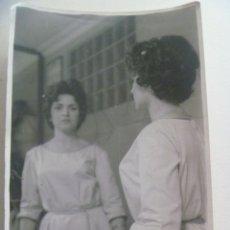 Fotografía antigua: BONITA FOTO DE MUJER REFLEJADA EN ESPEJO CON VELO DE REJILLA... 12 X 18 CM. Lote 295376343
