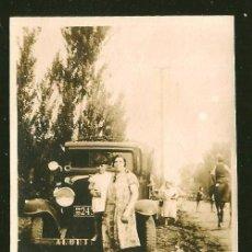 Fotografía antigua: 1818 - MUJER Y NIÑA JUNTO A UN VIEJO COCHE LINCOLN 1920S ?? - FOTO ALBUMINA 8X6CM 1920'. Lote 295380663