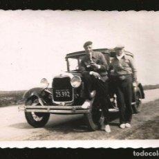 Fotografía antigua: 1823 - HOMBRES BEBIENDO MATE JUNTO A SU VIEJO COCHE FORD 1930S ?? - FOTO 9X6CM 1930'. Lote 295381243