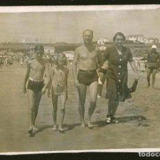 Fotografía antigua: 1825 - BONITO NIÑO Y NIÑA CON SU PADRE EN BAÑADOR Y SU MADRE EN LA PLAYA - FOTO 12X8CM 1941. Lote 295381378