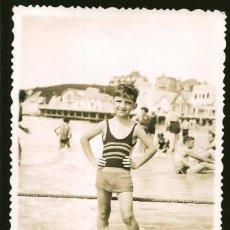 Fotografía antigua: 1826 - BONITO NIÑO EN BAÑADOR EN LA PLAYA - FOTO POSTAL 1939. Lote 295381423