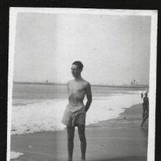 Fotografía antigua: 1827 - JOVEN HOMBRE ADOLESCENTE EN BAÑADOR EN LA PLAYA - FOTO POSTAL 1943. Lote 295381478