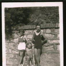 Fotografía antigua: 1828 - BONITO NIÑO Y NIÑAS EN BAÑADOR EN LA PLAYA - FOTO POSTAL 1938. Lote 295381498