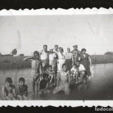 Fotografía antigua: 1830 - NIÑOS Y FAMILIA EN BAÑADOR EN LA PLAYA - FOTO 8X6CM 1940'. Lote 295381583