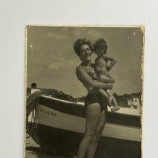 Fotografía antigua: FOTOGRAFÍA. SAN FELIU DE GUIXOLS SEÑORA JUNTO A BARCA… VERANO DE 1965... Lote 295398428