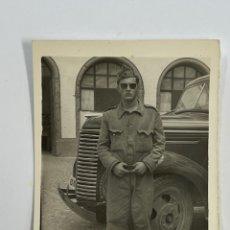 Fotografía antigua: MILITAR FOTOGRAFÍA.. JUNTO AL CAMIÓN, EL VIEJO FORD? (H.1950?) MEDIDAS: 9 X 6,5 CM.,. Lote 295402298