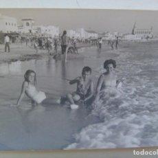 Fotografía antigua: FOTO DE MUJER Y NIÑOS EN BAÑADOR EN LA PLAYA, CHIPIONA , 1963. Lote 295521648