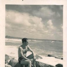 Fotografía antigua: X529 - HOMBRE EN BAÑADOR MIRANDO AL MAR - FOTO 8X6CM 1940'. Lote 295631948