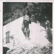 Fotografía antigua: X532 - JOVEN HOMBRE EN BAÑADOR PARADO SOBRE LA ROCA - FOTO 8X6CM 1960'. Lote 295633723